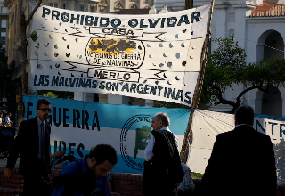 Soldiers demand to be classified as veterans of the Falkland Islands war at a protest in the Plaza de Mayo, Buenos Aires. Photo by Joel Richards.