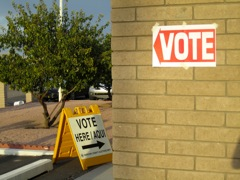 A Spanish sign points toward a polling station in Arizona on primary election day. Image by Molly O'Toole.