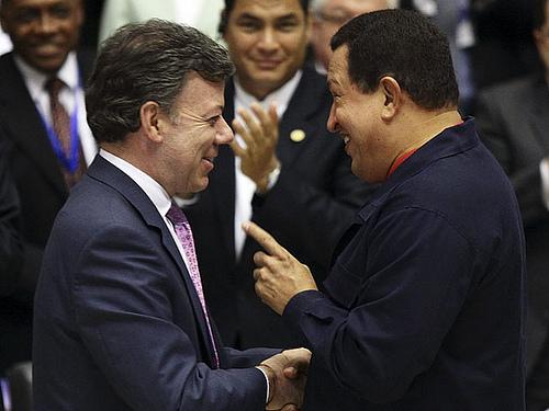 Colombian President Juan Manuel Santos with Venezuelan President Hugo Chávez. Photo by Globovisión.