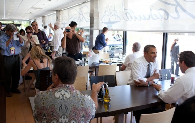 President Barack Obama talks with Puerto Rican Senator Alejandro García Padilla during a lunch stop (White House photo).