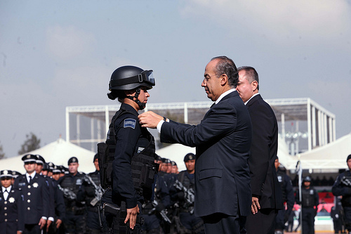 Mexican President Felipe Calderón honoring a police officer during the commemoration of El Diá del Policía.