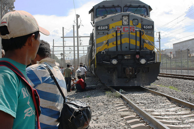 stranded-central-american-migrants-await-aid