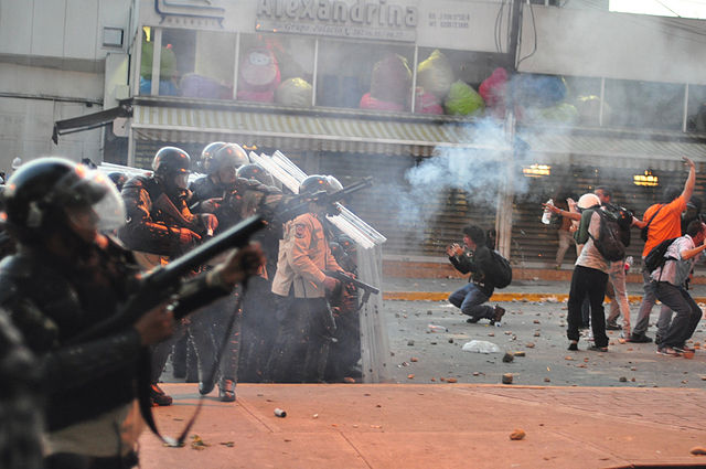 640px-Tear_gas_used_against_protest_in_Altamira,_Caracas;_and_distressed_students_in_front_of_police_line