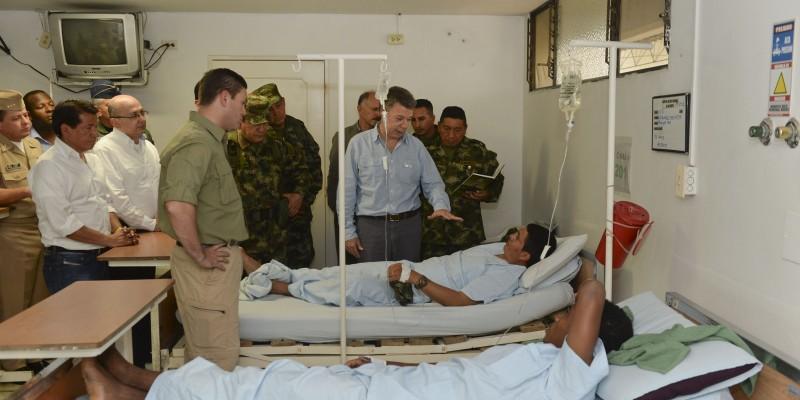 Colombian President Juan Manuel Santos visits soldiers injured in a FARC attack in the Cauca region.(Photo: Effraín Herrera)