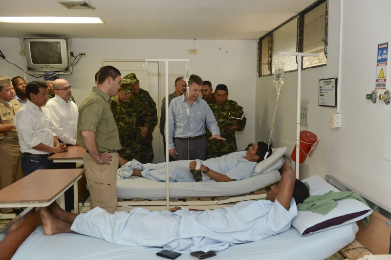 Colombian President Juan Manuel Santos visits soldiers injured in a FARC attack in the Cauca region.(Photo: Effraín Herrera)