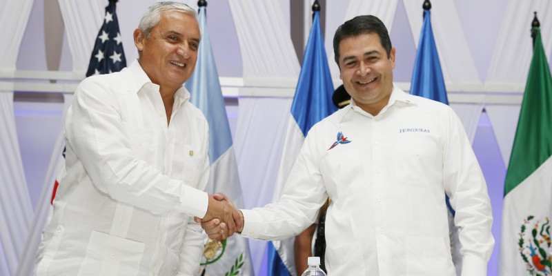 Guatemalan President Otto Pérez Molina (left) and Honduran President Juan Orlando Hernández, who have both faced calls to resign recently over corruption scandals. (Image: Government of Honduras)
