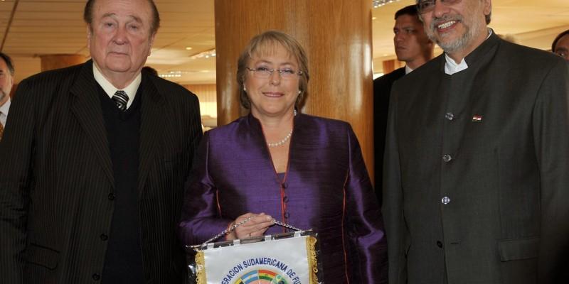 Former CONMEBOL President Nicolás Leóz, left, poses with President Michelle Bachelet of Chile and then-President Fernando Lugo of Paraguay. (Image: Juan Alberto Pérez, CC BY-SA 2.0)