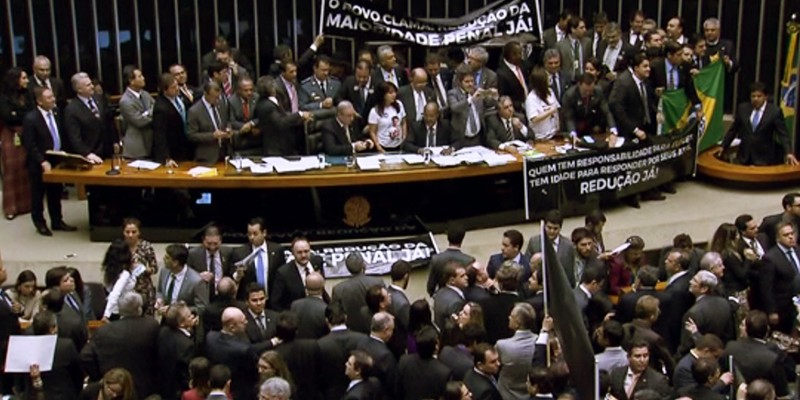 The plenary session erupted in cheers and protestations following Thursday's stroke-of-midnight decision. (Image: G1, Screenshot.)