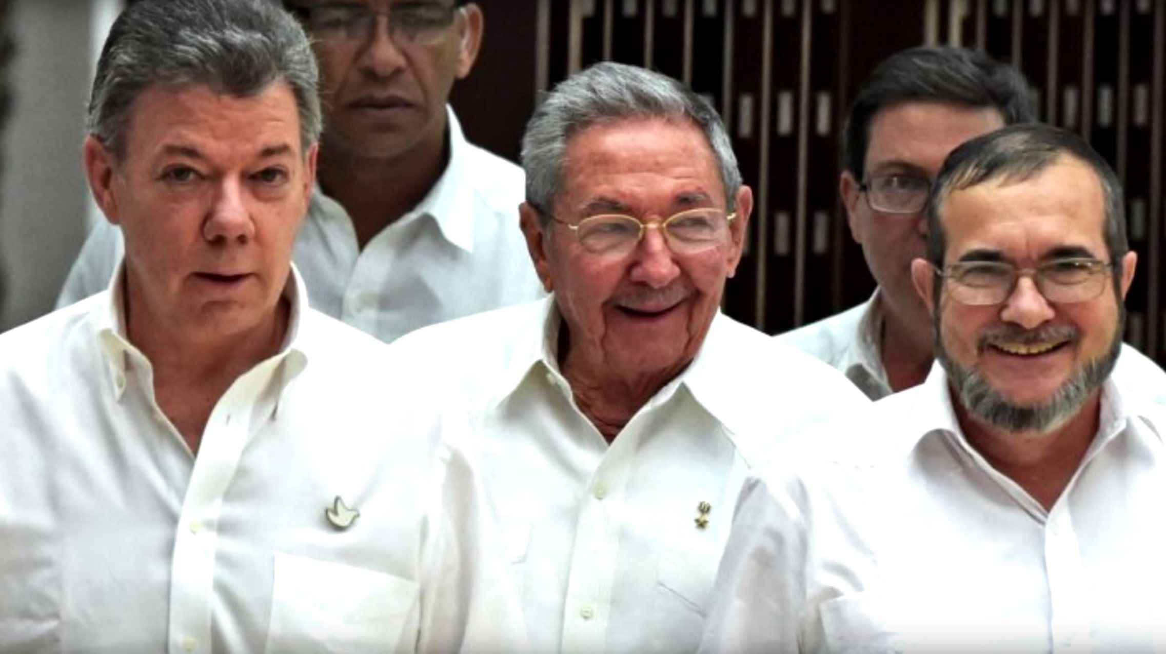 "Colombian President Juan Manuel Santos announces that peace is close, together with Cuban President Raúl Castro and FARC commander Rodrigo ""Timochenko"" Londoño. (Image: YouTube, screenshot)"