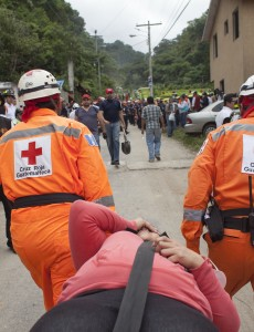 Rescuers evacuate a survivor of the landslide in Santa Caterina Pinula. (Image: CONRED, CC BY-NC-ND 2.0)