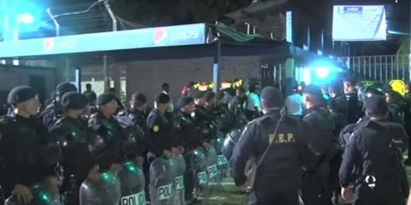 Guatemalan police stand guard outside Canada Rehabilitation Farm, the site of a riot that left 17 dead. (YouTube, screenshot)