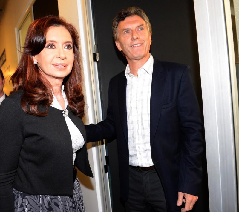 Argentine President-elect Mauricio Macri and his predecessor Cristina Fernández de Kirchner in 2104. (Image: Presidency of Argentina, Public Domain).