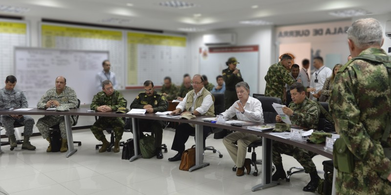 Colombian President Juan Manuel Santos, together with top generals and the minister of defense. (Image: Efraín Herrera, public domain)