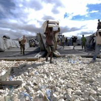 Haitians and U.S. troops unload food aid in 2008. (Image: U.S. Navy, CC BY-SA 2.0)