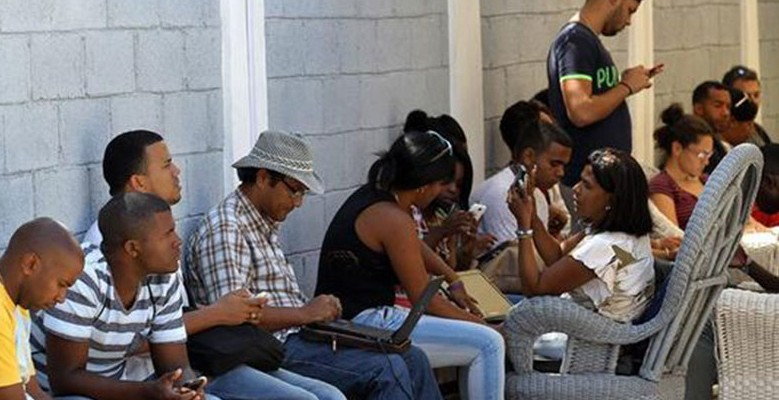Cubans use a WiFi hotspot in the city of Camagüey (Image: