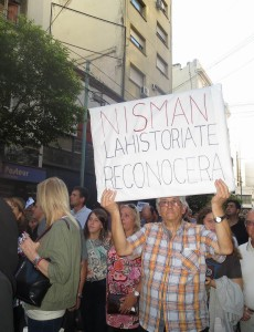 A protest in 2015 in Buenos Aires calling for an investigation into deceased prosecutor Alberto Nisman's death. (Image:Jaluj, CC BY-SA 4.0)
