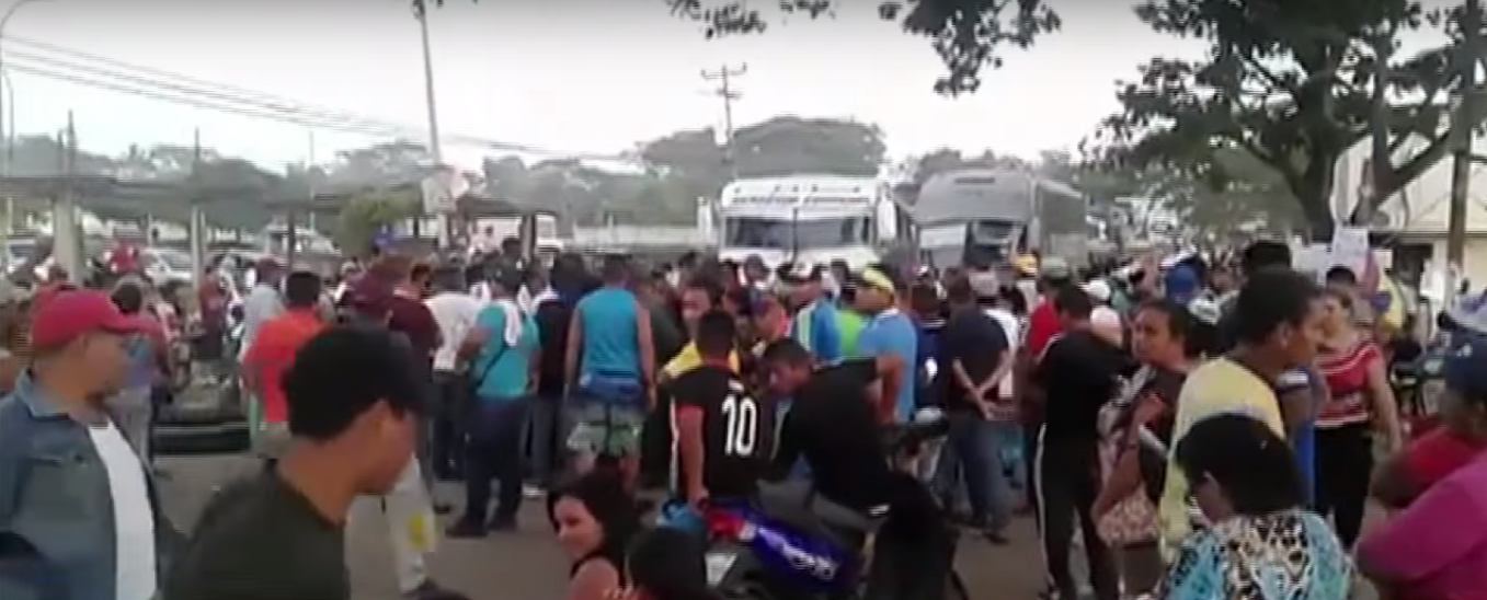 Family members block a key road in protest of the disappearance of 28 miners from Venezuela's Bolivar state. (Image: YouTube)