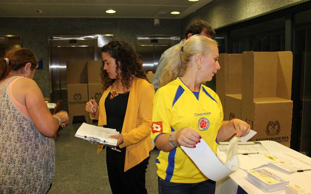 Colombians in Sevilla, Spain submit their absentee votes for the referendum. (Image: Cancillería Colombia)