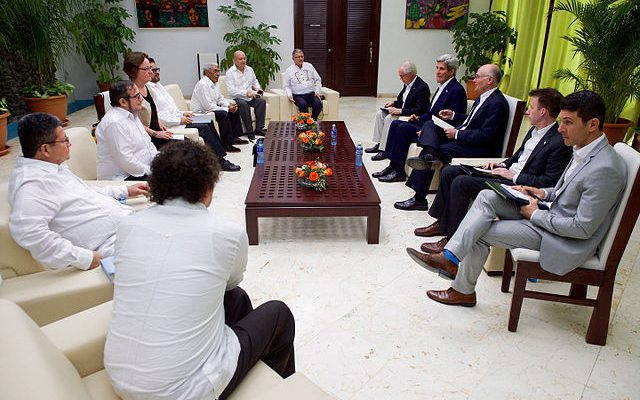 U.S. officials meet with FARC leaders during the Havana peace talks. (Image: Wikimedia Commons/U.S. Department of State)